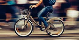 man op een elektrische fiets