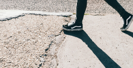 voetganger wandelt op slecht pad